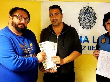 Un hombre devuelve a su dueño 352 décimos de Lotería de Navidad perdidos valorados en 7.040 euros en Santa Cruz de Tenerife