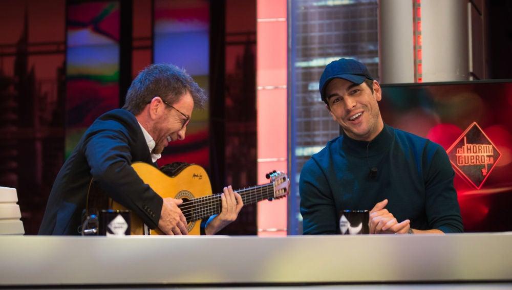 Mario Casas se lanza por bulerías en 'El Hormiguero 3.0' y canta 'Volando voy' con Pablo Motos