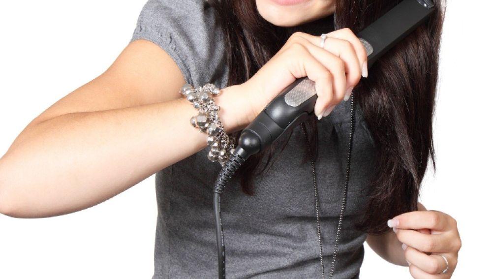 Mujer alisándose el pelo