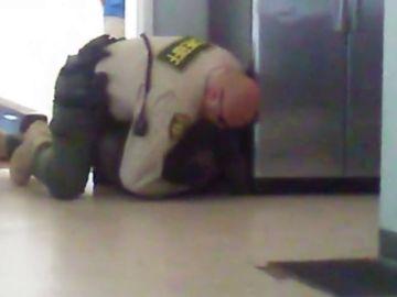 La imagen de un agente derribando a un adolescente sin brazos ni piernas reabre el debate de brutalidad policial