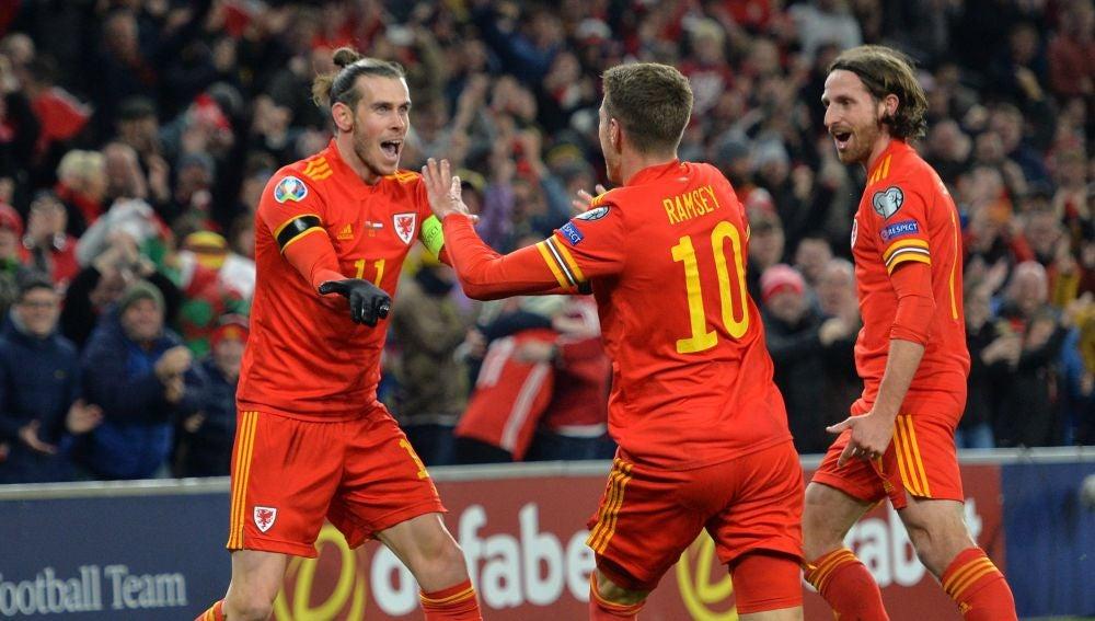 Aaron Ramsey y Gareth Bale celebran un gol ante Hungría