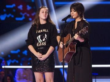 Vanesa Martín y María Expósito cantan 'Inventas' en los Asaltos de 'La Voz Kids'