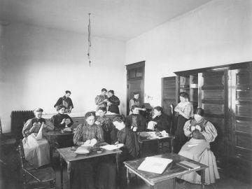 Clase de costura 1890s (Dominio Público)