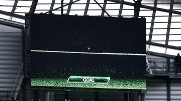 Una pantalla muestra la tecnología de gol en un estadio