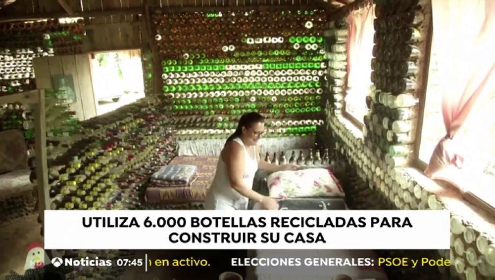 Una mujer de Brasil construye su casa con 6.000 botellas de vidrio