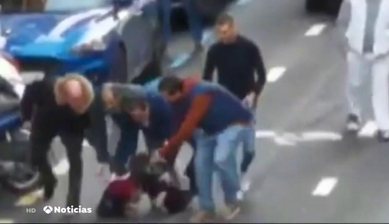 Taxistas retienen a un ladrón