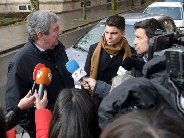 Caso Arandina. Salida del juzgado de uno de los acusados, Raúl Calvo (CD), junto a su abogado