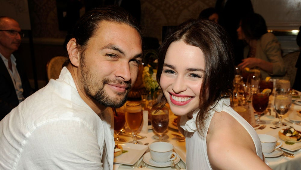 Emilia Clarke y Jason Momoa, Daenerys Targaryen y Khal Drogo en 'Juego de Tronos'