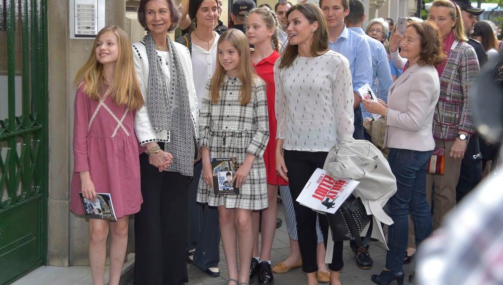 La princesa Leonor y su prima Irene con el resto de la Familia Real
