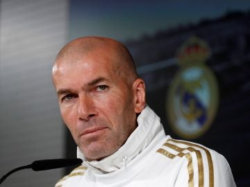 Barcelona - Real Madrid: Zinedine Zidane, durante una rueda de prensa