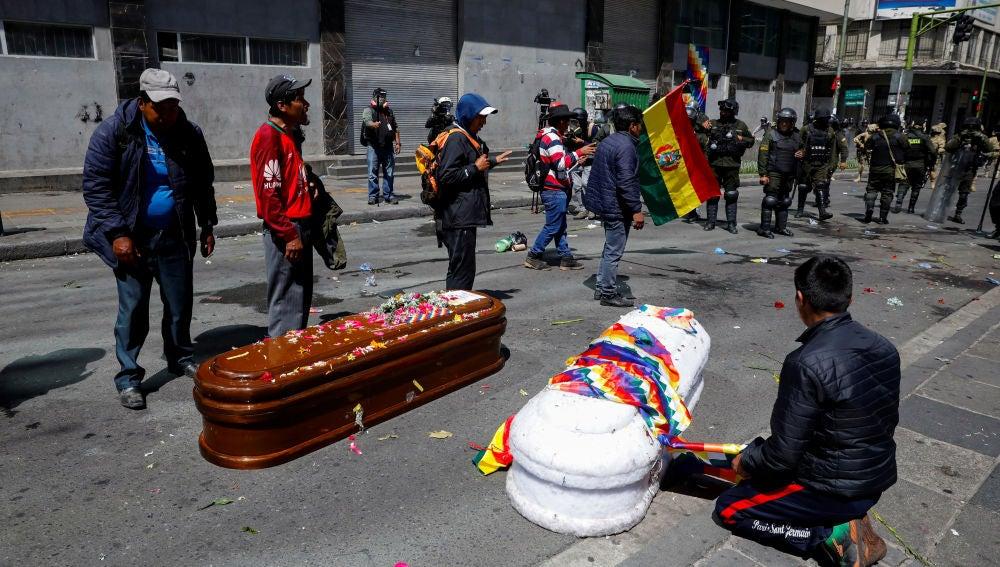 Ataúdes en el suelo en las protestas en Bolivia
