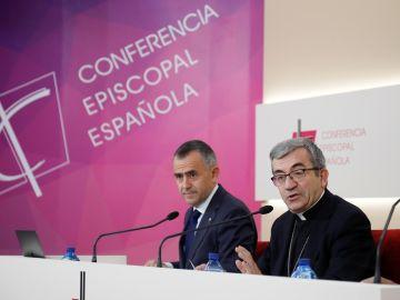 El secretario general de la Conferencia Episcopal Española (CEE), Luis Argüello, y el vicesecretario para asuntos económicos, Fernando Giménez Barriocanal, este viernes en rueda de prensa tras la reunión de la Asamblea Plenaria.