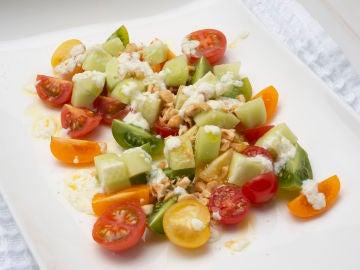 Ensalada de tomates cherry, pepino y requesón
