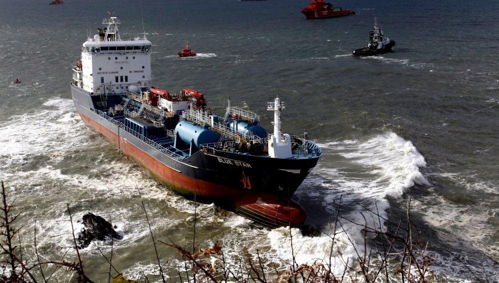 Fracasa el intento de desencallar el buque Blue Star de la zona de rocas de Ares, A Coruña