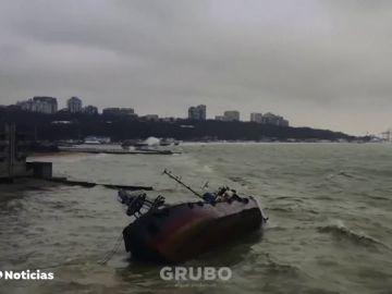 Un petrolero cargado queda varado en la costa de Ucrania