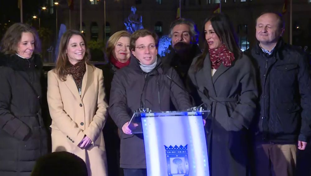 """El lapsus de Almeída en el encendido de las luces de Navidad en Madrid: """"Diez, nueve, ocho, siete... cuatro, tres, dos, uno"""""""