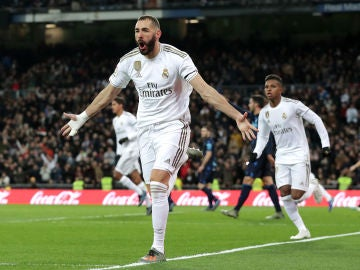 Benzema celebra su gol ante la Real Sociedad