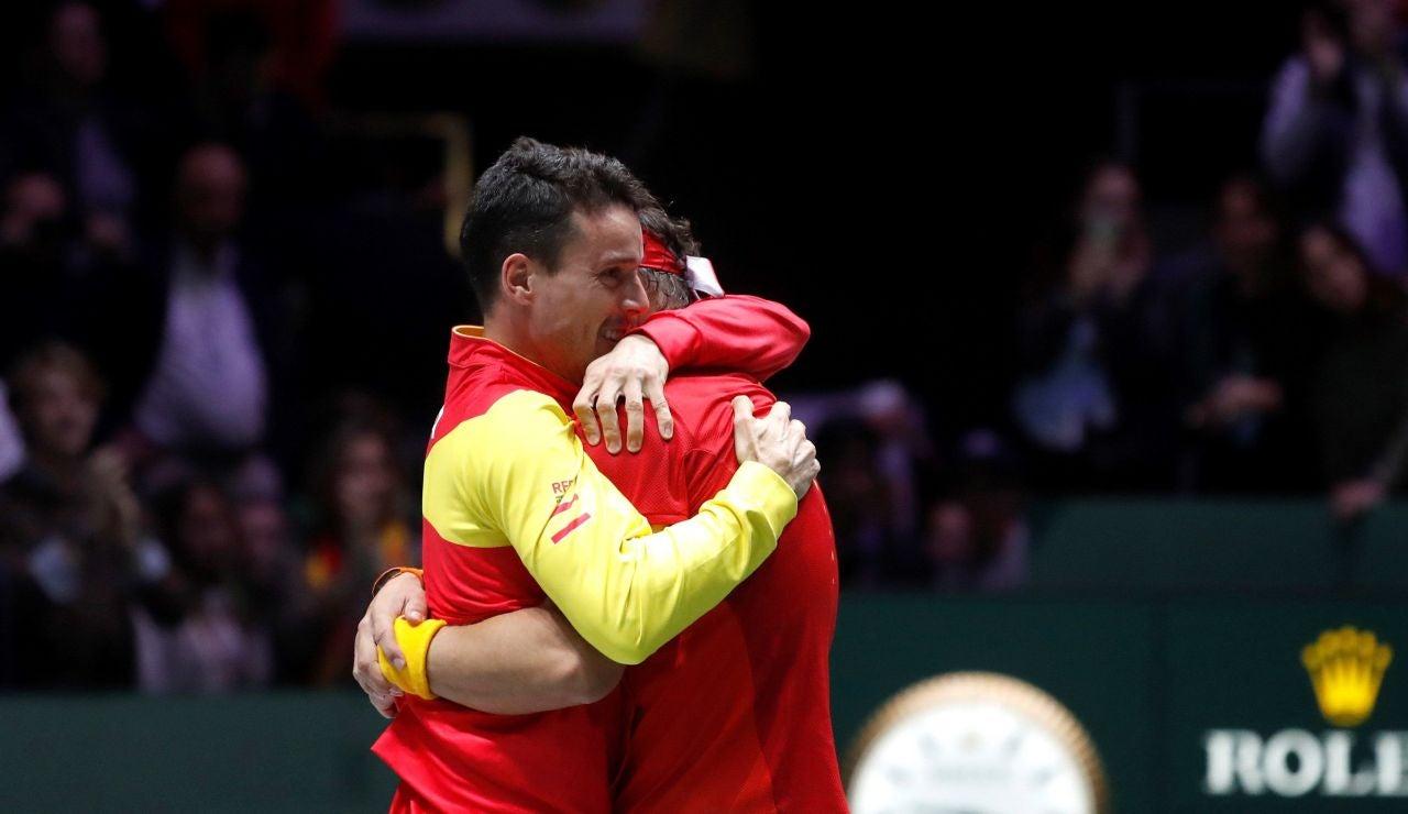 El emotivo abrazo entre Nadal y Bautista tras ganar la Davis