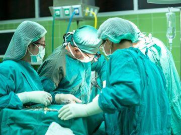 Cirujanos en una operación