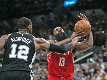 James Harden durante el partido de Houston Rockets contra San Antonio Spurs
