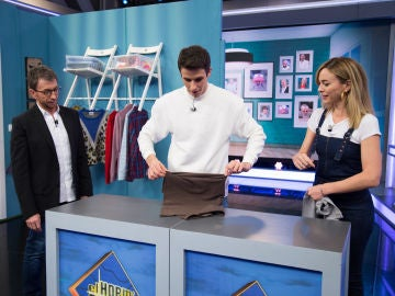 Alex Márquez demuestra su destreza para doblar camisetas con el truco de Marta Hazas