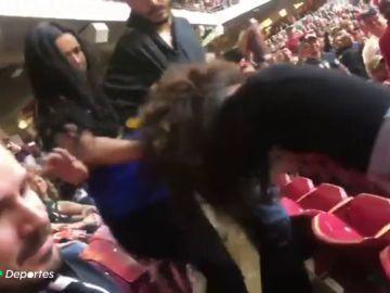 Las brutales imágenes de la pelea entre dos aficionadas en las gradas de un partido de la NFL