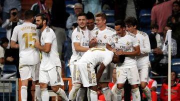 Varios jugadores del Real Madrid celebran un gol