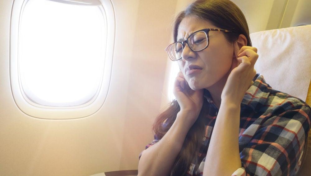 Mujer tiene los oídos taponados en el avión