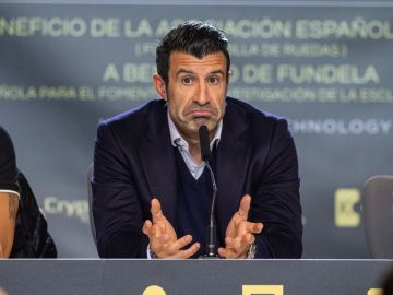 Luis Figo carga contra la directiva del Barcelona tras desvelarse el contrato de Messi