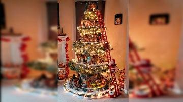 El árbol de Navidad más currado del mundo: cinco pisos y un pueblo con vida propia dentro