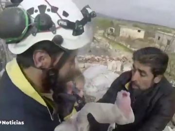 Rescate extremo de varios niños, entre ellos un bebé, en pleno bombardeo en Siria