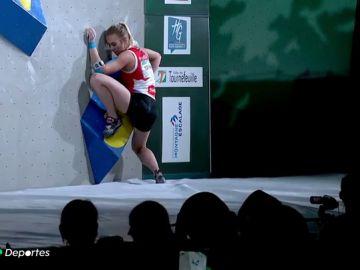 La joven rusa estuvo hasta cuatro minutos intentando superar el primer bloque hasta que finalmente se rindió.