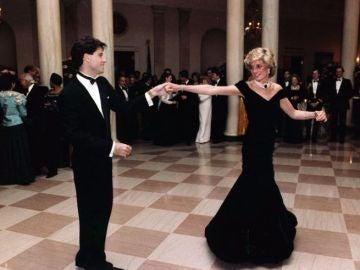 Sale a subasta el icónico vestido con el que Lady Di bailó con John Travolta