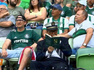 El aficionado del Palmeiras leyendo a Karl Marx