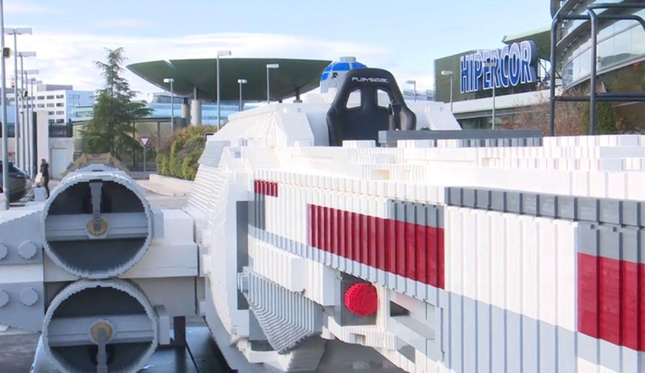 Instalan una nave espacial de Star Wars hecha con piezas de LEGO en la que poder subirse