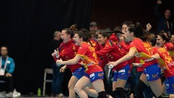 Las jugadores españolas celebran el triunfo