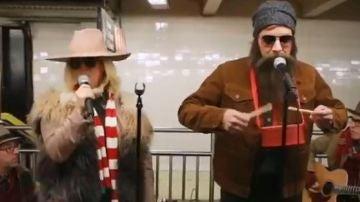 Jimmy Fallon y Alanis Morissette en el Metro de Nueva York