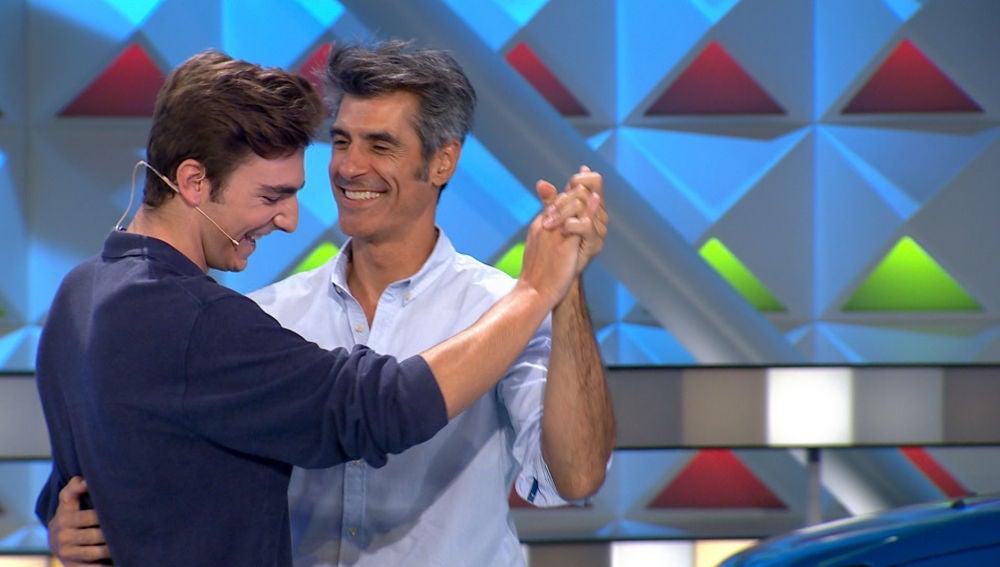 El aplaudido baile entre Jorge Fernández y un concursante de 'La ruleta de la suerte'