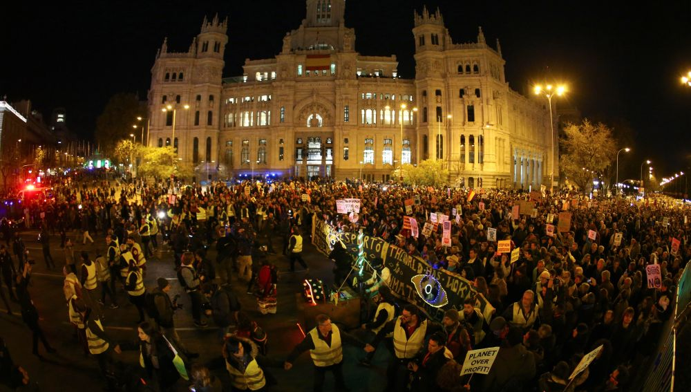 """Vista general de la gran """"Marcha por el Clima"""", convocada por Alianza por el Clima, Emergencia Climática Ya y Ecologistas en Acción, este viernes en Madrid."""