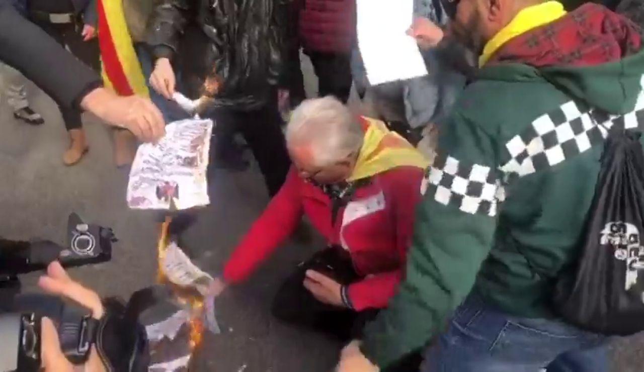Graban al diputado de la CUP Carles Riera quemamdo la constitución en las protestas de Barcelona