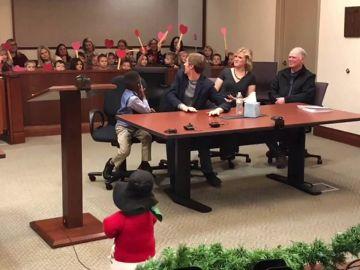 Un niño invita a sus compañeros de la guardería a su proceso de adopción y se hace viral