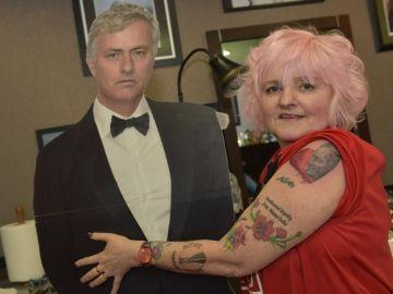 La fan de Mourinho junto a su ídolo