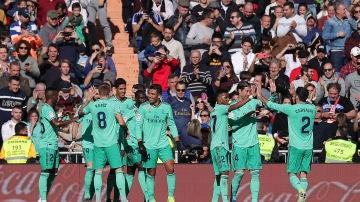 Los jugadores del Real Madrid celebran el gol da Varane