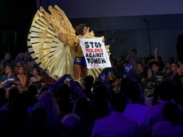 Reivindicación en Miss Universo por el fin de la violencia machista