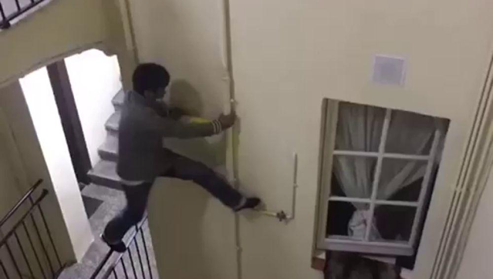 Un hombre intenta colarse en una vivienda