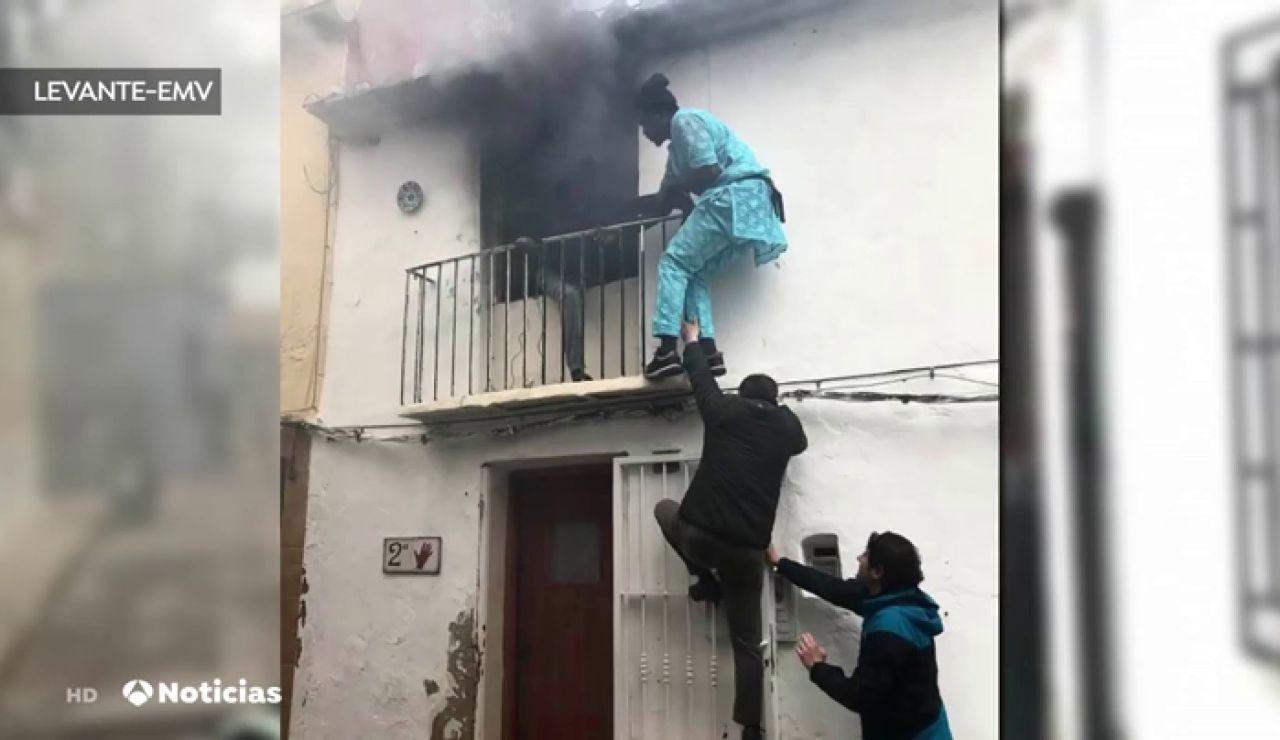Un senegalés rescata a un hombre de una casa en llamas en Denia
