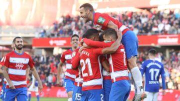 Roberto Soldado celebra un gol con sus compañeros del Granada
