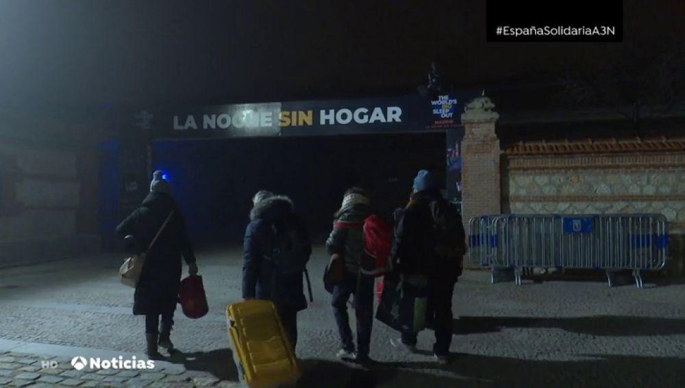 Más de un millar de personas se unen a 'La noche sin hogar' en Madrid para reclamar soluciones