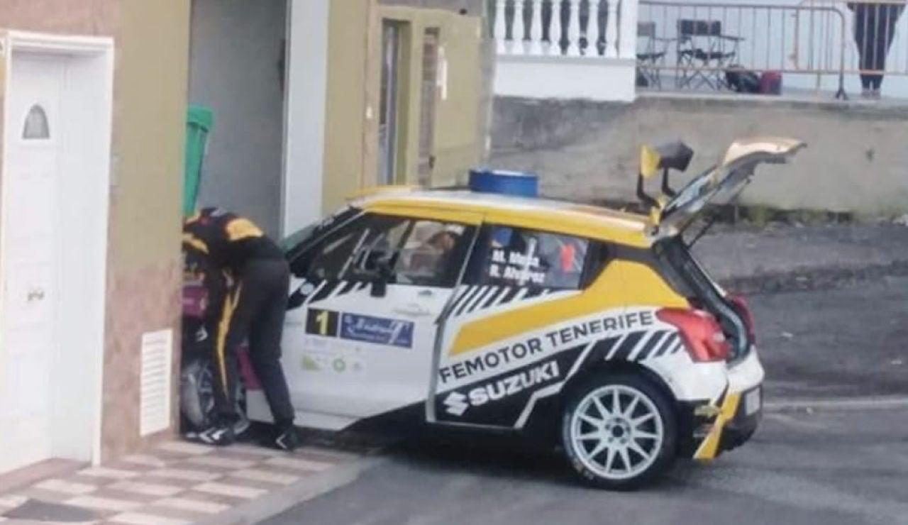 Un coche termina empotrado en una lavandería durante un rally