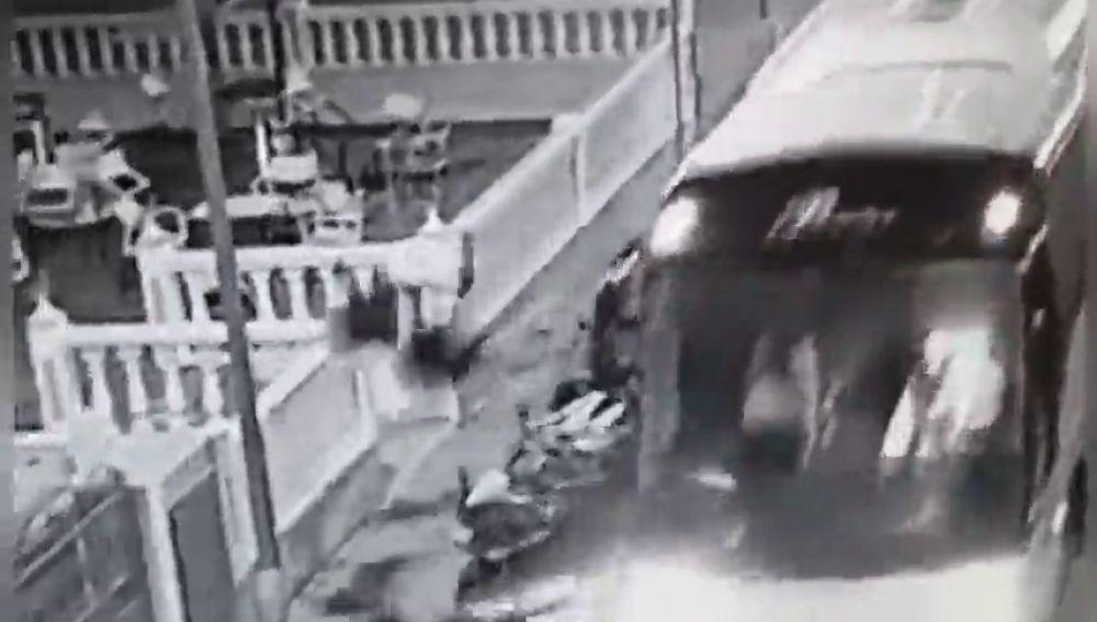 Un hombre roba un autobús y arrolla con varios coches y motos en Benidorm